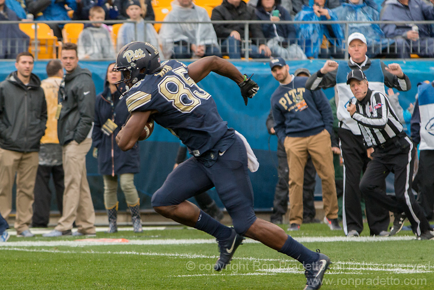 Pitt wide receiver Jester Weah scores on a 19-yard touchdown reception. The Pitt Panthers defeated the Virginia Cavaliers 31-14 at Heinz Field, Pittsburgh, PA on October 28, 2017.