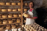 Europe/France/Languedoc-Roussillon/66/Pyrénées-Orientales/Llo: Fromages fermiers de chèvre du Mas Patiras - Thérèse Cabrol dans la cave d'affinage [AUTORISATION N°53]