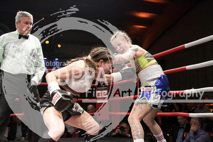 Nina Radovanovic und Eva Voraberger beim WBC WM-Boxkampf im Bantamgewicht in der Arena Nova. Wiener Neustadt, 07.04.2018