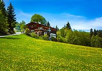 Oesterreich; Tirol; bei Fieberbrunn: altes Tiroler Bauernhaus in der Nähe des Lauchsee | Austria, Tyrol, near Fieberbrunn: old Tyrolean farmhouse near moorlake Lauchsee