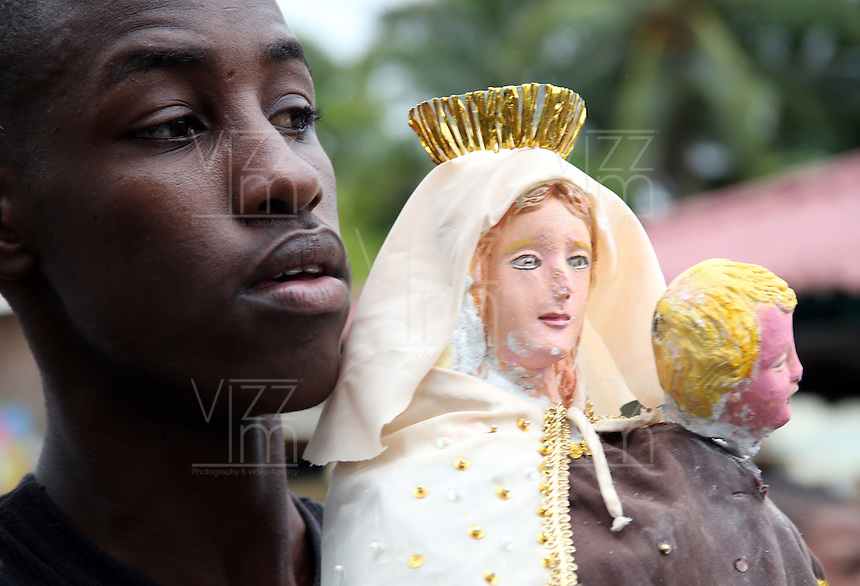 JUANCHACO - COLOMBIA - 16-07-2013: Ciudadanos de Juanchaco, en la costa pacifica del Valle del Cauca Colombia, desfilan con la Virgen del Carmen, durante celebración, julio 16 de 2013. (Foto: VizzorImage / Juan C. Quintero / Str.) Citizen of Juanchaco, on the Pacific coast of Valle del Cauca Colombia, parading with the Virgin of Carmen, for celebration, July 16, 2013. (Photo: VizzorImage / John C. Quintero / Str)