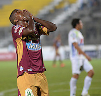 IBAGUÉ -COLOMBIA, 08-01-2014. Andres Ibarguen jugador de Deportes Tolima lamenta fallar un gol durant el encuentro con Atletico Huila por la fecha 10 de la Liga Aguila I 2015 jugado en el estadio Manuel Murillo Toro de la ciudad de Ibagué./ Andres Ibarguen (L) player of  Deportes Tolima rgrets to fail a goal during match against Atletico Huila for the 10th date of the Aguila League I 2015 played at Manuel Murillo Toro stadium in Ibague city. Photo: VizzorImage / Juan Carlos Escobar / Cont