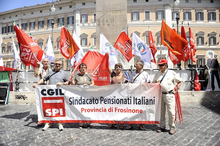 """Roma, 15 Luglio 2011.Piazza Montecitorio.Manifestazione del sindacato pensionati SPI CGIL contro la manovra finanziaria e i tagli alle spese sociali.."""" e la chiamano estate"""""""