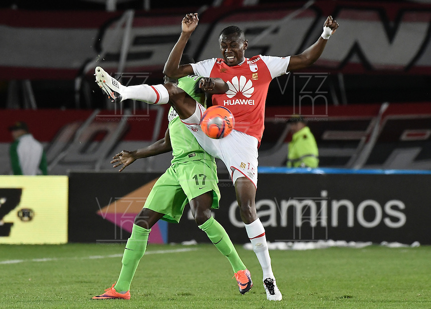 BOGOTÁ -COLOMBIA, 07-12-2016: Hector Urrego (Der.) jugador de Santa Fe disputa el balón con Rodin Quiñonez (Izq.) jugador del Nacional durante el encuentro de ida entre Independiente Santa Fe y Atlético Nacional por la semifinal de la Liga Aguila II 2016 jugado en el estadio Nemesio Camacho El Campin de la ciudad de Bogota.  / Hector Urrego (R) player of Santa Fe struggles for the ball with Rodin Quiñonez (L) player of Nacional during the first leg match between Independiente Santa Fe and Independiente Medellin for the semifinal of the Liga Aguila II 2016 played at the Nemesio Camacho El Campin Stadium in Bogota city. Photo: VizzorImage/ Gabriel Aponte / Staff