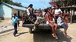 Las mujeres van al pueblo con el tractor que el gobierno a facilitado para el trabajo colectivo. Chuao. Venezuela. © Juan Naharro