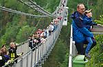 Foto: VidiPhoto<br /> <br /> OBERHARZ AM BROCKEN – Toeristen maken woensdag massaal gebruik van de op één na langste loopbrug ter wereld: de de Hängeseilbrücke (Titan RT) bij Oberharz am Brocken in het Duitze Harzgebergte. De 1.20 meter brede voetgangersbrug heeft een lengte van 458 meter en is op een grote hoogte van 100 meter gebouwd boven het Rappbodetal. De kabelconstructie heeft een trekkracht van 947 ton. Vanaf de brug is het mogelijk een zweefsprong naar beneden te maken met een 65 meter lange kabel. De bug hangt parallel met de Rappbode-stuwdam. Het stuwmeer er achter voorziet twee miljoen mensen van drinkwater. Het betreden van de spectaculaire en schommelende brug kost 6 euro en is in twee jaar tijd uitgegroeid tot een van de belangrijkste attracties van Duitsland.