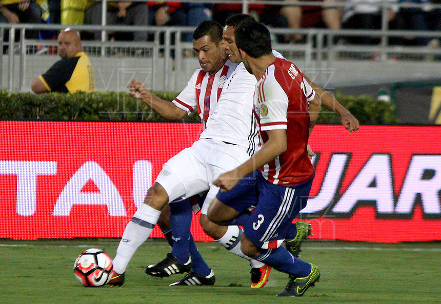 PASADENA - UNITED STATES, 07-06-2016: Carlos Bacca (C) jugador de Colombia (COL) disputa el balón con Miguel Samudio (Izq) y Gustavo Gomez (Der) jugador de Paraguay (PAR) durante partido del grupo A fecha 2 por la Copa América Centenario USA 2016 jugado en el estadio Rose Bowl en Pasadena, California, USA. /  Carlos Bacca  (C) player of Colombia (COL) fights the ball with Miguel Samudio (L) and Gustavo Gomez (R) player of Paraguay (PAR) during match of the group A date 2 for the Copa América Centenario USA 2016 played at Rose Bowl stadium in Pasadena, California, USA. Photo: VizzorImage/ Luis Alvarez /Str