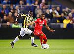 Nederland, Arnhem, 18 december 2015<br /> Eredivisie<br /> Seizoen 2014-2015<br /> Vitesse-FC Twente (5-1)<br /> Marvelous Nakamba van Vitesse en Kamohelo Mokotjo (r.) van FC Twente strijden om de bal