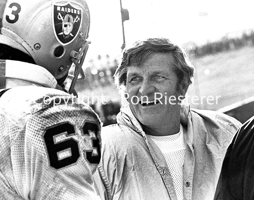 Oakland Raider George Blanda talking to Gene Upshaw.<br />(1972 photo/Ron Riesterer)