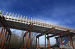 Bouw > Gww > Kunstwerken.In Nieuwegein werkt GMB Beton en Industriebouw aan de betonbekisting van een nieuwe brug over de Prinses Beatrixsluizen. De brug moet Nieuwegein vanuit het oosten ontsluiten en is extra hoog om de scheepvaart in het sluiscomplex niet te storen. Om de bouw van een derde sluiskolk in de toekomst mogelijk te maken, is de brug al extra breed gebouwd, zodat later onder de brug de nieuwe sluis gebouwd kan worden..© Ton Borsboom.steekwoorden: infra infrastructuur gww brug sluis verbinding beton blauw overheid gemeente Rijkswaterstaat