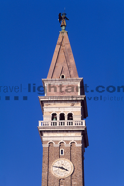 Clock, Uhr, Turm der St. Gerog Kirche, Tower of St, Gerorg church, Piran, Slovenija, Piran, Slowenien, Piran (italienisch Pirano) ist eine Stadt im äußersten Südwesten Sloweniens an der Küste des Adriatischen Meeres. Mit ihrer malerischen Lage, ihrer Altstadt und venezianischen Architektur ist die Stadt an der Slowenischen Riviera eines der bekanntesten Touristenzentren Sloweniens. Piran (Italian Pirano) is a town and municipality in southwestern Slovenia on the Adriatic coast along the Gulf of Piran.