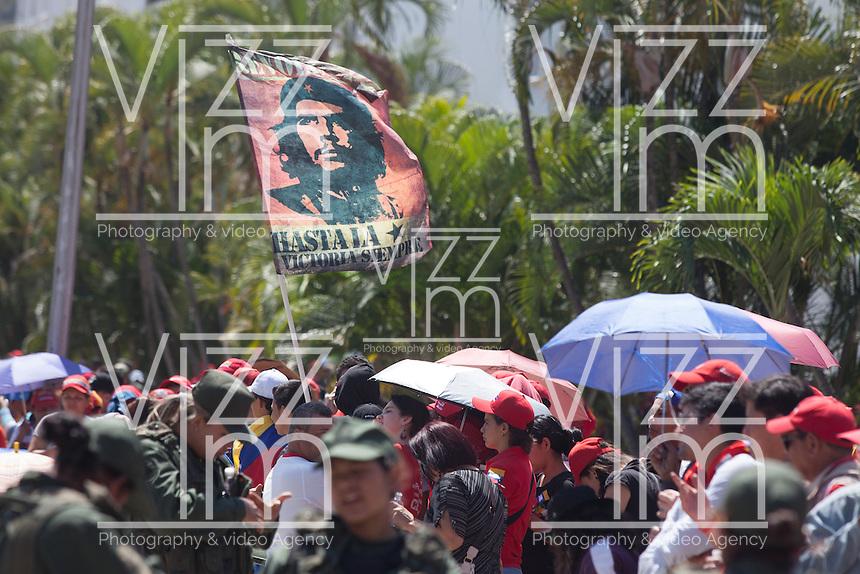 CARACAS - VENEZUELA 08-03-2013, Una bandera del Che Guevara ondea durante el funeral de estado de Chávez. El lider y  presidente de Venezuela, Hugo Chávez Frías, falleció el pasado martes 5 de marzo de 2013 a causa de un cancer a la edad de 58 años./ A Che Guevara's flag waves during the state funeral of Chavez. The leader and president of Venezuela, Hugo Chavez Frias who died by cancer the past March 5th of 2013 at the age of 58. Photo: VizzorImage / CONT