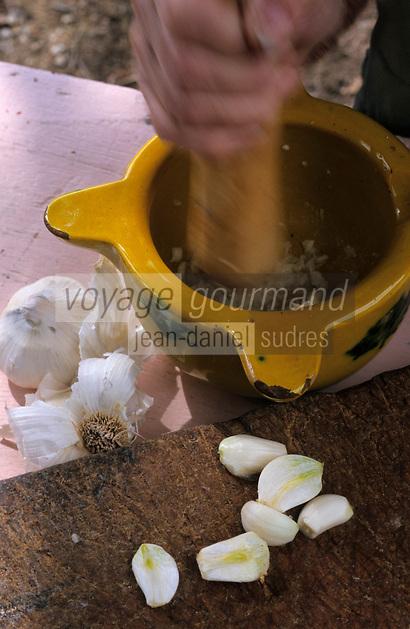"""Europe/France/Languedoc-Roussillon/66/Pyrénées-Orientales/Banyuls-sur-Mer: recettes de la Sanch, préparation de l'aïoli pour la """"Cargolade"""""""