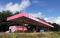 Nederland - Amsterdam - 2019. Amsterdam Noord. De roze Tanker. De (roze) Tanker, een voormalig pompstation in Amsterdam-Noord, is een podium waar cultuur wordt aangeboden in de vorm van voorstellingen, concerten, exposities, workshops enzovoorts. Foto Berlinda van Dam / Hollandse Hoogte.