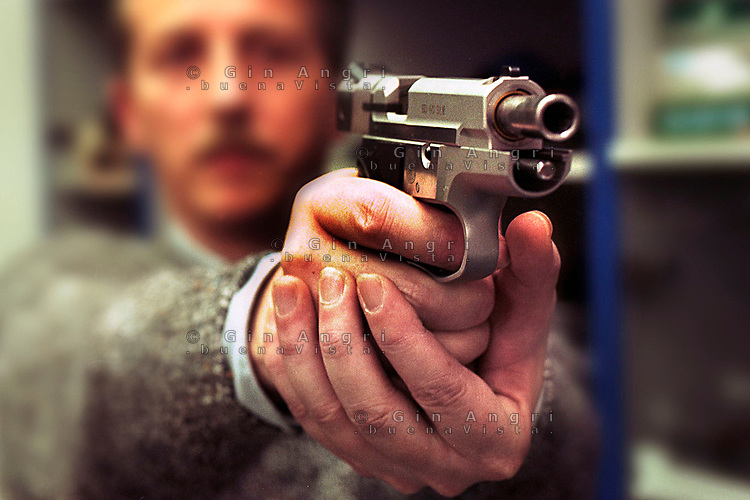 armeria, negozio armi, vendita armi, armi leggere, industria armi, pistola, munizioni, fodera pistola, sparare,