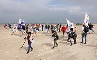 Nederland -  Wijk aan Zee - 2019. Boskalis Beach Cleanup Tour. In de zomer van 2019 wordt de hele Noordzeekust weer schoon dankzij de Boskalis Beach Cleanup Tour van Stichting De Noordzee. Dit wordt gedaan om om te laten zien hoeveel afval er op de stranden ligt en in zee terechtkomt. De plasticsoep zorgt ervoor dat er jaarlijks meer dan 1 miljoen zeedieren sterven.   Foto mag niet in negatieve / schadelijke context worden gepubliceerd.     Foto Berlinda van Dam / Hollandse Hoogte