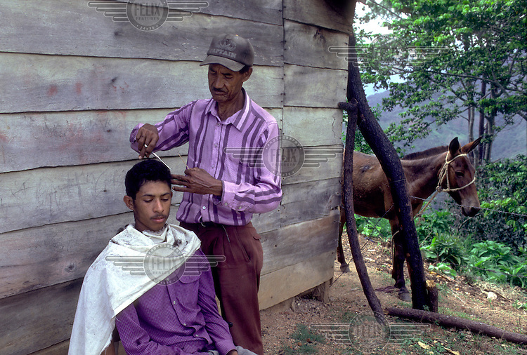 DOMINICAN REPUBLIC.Cutting hair in the mountain village of Montesita