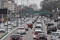 SÃO PAULO, SP, 20.07.2016 – TRÂNSITO-SP - Trânsito intenso em ambos sentidos na Avenida Moreira Guimarães, próximo ao Aeroporto de Congonhas, zona sul de São Paulo na manhã desta quarta-feira (20).(Foto: Renato Gizzi/Brazil Photo Press)