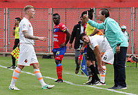 PASTO -COLOMBIA, 15-04-2018: Ruben Bedoya técnico de Envigado FC da instrucciones a George Saunders durante el encuentro con Deportivo Pasto por la fecha 15 de la Liga Águila II 2018 jugado en el estadio La Libertad de Pasto. / Ruben Bedoya coach of Envigado FC gives directions to George Saunders during match against Deportivo Pasto for the date 15 of Aguila League II 2018 played at La Libertad stadium in Pasto. Photo: VizzorImage / Leonardo Castro / Cont