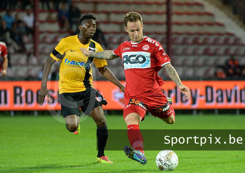KV Kortrijk - Moeskroen Peruwelz : Robert Klaasen (r) aan de bal voor Abdoulay Diaby (links) <br /> foto VDB / BART VANDENBROUCKE