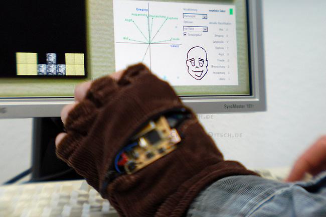 Froschung am Fraunhofer Institut in Rostock<br /> Dipl.Ing Chrsitian Peter, von der Abt. Visualisierung und Interaktionstechniken des Fraunhofer Institut - Graphische Datenverarbeitung hat ein Computerprogram entwickelt mit dem die emotionale Verfassung der Computernutzer erfasst wird. Diese Software koennte u.a. bei Berufen mit hohem Stressfaktor wie z.B Flugpiloten helfen Arbeitsablaeufe sicherer zu machen oder eLearnig-Software auf den Anwender abzustimmen. Zur Erfassung des emotionalen Zustandes haben er und Kollegen einen Handschuh mit Sensoren entwickelt.<br /> 19.1.2006, Rostock<br /> Copyright: Christian-Ditsch.de<br /> [Inhaltsveraendernde Manipulation des Fotos nur nach ausdruecklicher Genehmigung des Fotografen. Vereinbarungen ueber Abtretung von Persoenlichkeitsrechten/Model Release der abgebildeten Person/Personen liegen nicht vor. NO MODEL RELEASE! Nur fuer Redaktionelle Zwecke. Don't publish without copyright Christian-Ditsch.de, Veroeffentlichung nur mit Fotografennennung, sowie gegen Honorar, MwSt. und Beleg. Konto: I N G - D i B a, IBAN DE58500105175400192269, BIC INGDDEFFXXX, Kontakt: post@christian-ditsch.de<br /> Bei der Bearbeitung der Dateiinformationen darf die Urheberkennzeichnung in den EXIF- und  IPTC-Daten nicht entfernt werden, diese sind in digitalen Medien nach &sect;95c UrhG rechtlich geschuetzt. Der Urhebervermerk wird gemaess &sect;13 UrhG verlangt.]