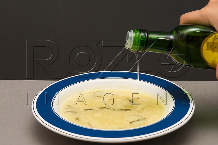 Colocando azeite em um prato de sopa, São Paulo - SP, 12/2017.