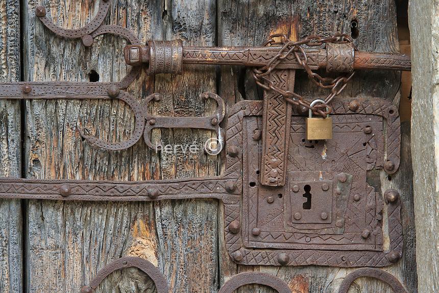 France,Hautes-Pyrénées (65), Ens, la chapelle d'Ens, la chapelle d'Ens, la porte et ses ferronneries // France,Hautes-Pyrenees, Ens, Ens chapel, the door