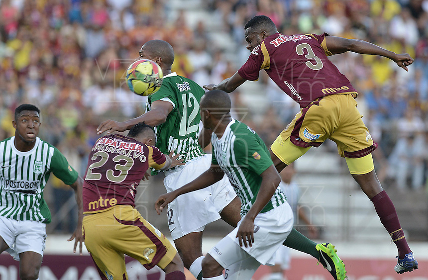 IBAGUÉ -COLOMBIA, 23-06-2013. John Valencia (D) de Deportes Tolima disputa el balón con Alexis Henriquez (C) de Atlético Nacional durante partido de los cuadrangulares finales, fecha 2, de la Liga Postobón 2013-1 jugado en el estadio Manuel Murillo Toro de la ciudad de Ibagué./ Deportes Tolima John Valencia (L) fights for the ball with Atletico Nacional player Alexis Henriquez (R) during match of the final quadrangular 3th date of Postobon  League 2013-1 at Manuel Murillo Toro stadium in Ibague city. Photo: VizzorImage/STR