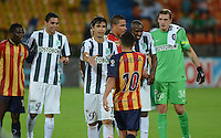 MEDELLÍN -COLOMBIA-31-01-2015. Jugadores de Atlético Nacional y Aguilas Pereira se saludan al final del partido por la fecha 1 de la Liga Aguila I 2015 jugado en el estadio Atanasio Girardot de la ciudad de Medellín./ Players of Atletico Nacional  and Aguilas Pereira greet at the end of the match for the  first date of the Aguila League I 2015 at Atanasio Girardot stadium in Medellin city. Photo: VizzorImage/León Monsalve/STR