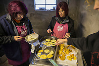 Italie, Val d'Aoste, Hône: Préparation des beignets de pomme lors du marché de Noël,/ Italy, Aosta Valley, Hone: Preparation of apple fritters at the Christmas market
