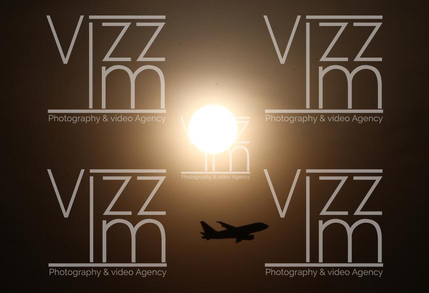 BOGOTÁ - COLOMBIA ,18-03-2018 Aviones decolando del aeropuerto internacional Eldorado. Aviones.Photo: VizzorImage / Felipe Caicedo / Staff.