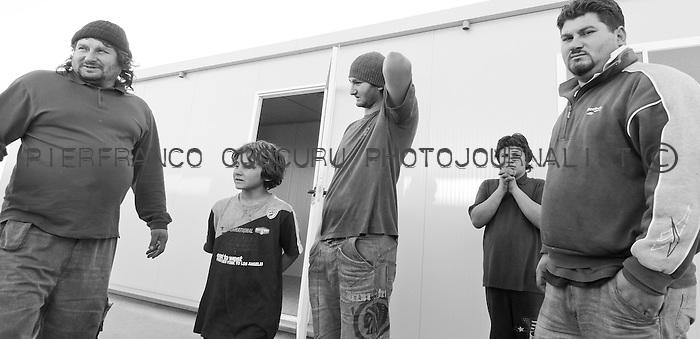 rom zingari nomadi Nomads forced to move from a refugee camp to another, Sassari, Italy.<br /> Una comunit&agrave; di nomadi costretti a spostarsi da un campo nomadi ad un altro, Sassari, Italia