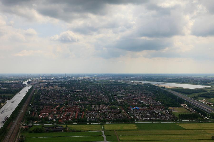Nederland, Utrecht, Maarssen, 03-05-2011; De wijk Maarssenbroek tussen Amsterdam-Rijnkanaal en A2 met Haarrijnse Plas en Leidsche Rijn..luchtfoto (toeslag); aerial photo (additional fee required).foto Siebe Swart / photo Siebe Swar