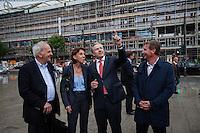 Berlin, Regierender Bürgermeister Klaus Wowereit (SPD, 2.v.r.) am Freitag (31.05.13) in Berlin während Kiezrundgang in der City-West, neben Vera Gäde-Butzlaff (2.v.l.) Vorstandsvorsitzende der BSR und Willy Weiland (l.), Präsident DEHOGA Berlin. Foto: Maja Hitij/CommonLens