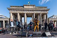 """Im Rahmen eines Weltweiten Klima-Aktionstages demonstrierten am Freitag den 29. November 2019 in Deutschland 630.000 Menschen gegen die Klimapolitik der Bundesregierung. Sie forderten, dass endlich eine Klimapolitik gemacht wird, die wenigstens die Klimaziele des Parisabkommen zur Senkung des CO2-Ausstoss einhaelt und die Erderwaermung auf plus 1,5 Grad beschraenkt, wovon die Politik jedoch weit entfernt ist. Aufgerufen zu den Demonstrationen hatte """"Fridays for Future"""".<br /> In Berlin demonstrierten ca. 50.000 Menschen und zogen mit einer Demonstration vom Brandenburger Tor durch die Innenstadt.<br /> Im Bild: Die Berliner Musikgruppe Seeed.<br /> 29.11.2019, Berlin<br /> Copyright: Christian-Ditsch.de<br /> [Inhaltsveraendernde Manipulation des Fotos nur nach ausdruecklicher Genehmigung des Fotografen. Vereinbarungen ueber Abtretung von Persoenlichkeitsrechten/Model Release der abgebildeten Person/Personen liegen nicht vor. NO MODEL RELEASE! Nur fuer Redaktionelle Zwecke. Don't publish without copyright Christian-Ditsch.de, Veroeffentlichung nur mit Fotografennennung, sowie gegen Honorar, MwSt. und Beleg. Konto: I N G - D i B a, IBAN DE58500105175400192269, BIC INGDDEFFXXX, Kontakt: post@christian-ditsch.de<br /> Bei der Bearbeitung der Dateiinformationen darf die Urheberkennzeichnung in den EXIF- und  IPTC-Daten nicht entfernt werden, diese sind in digitalen Medien nach §95c UrhG rechtlich geschuetzt. Der Urhebervermerk wird gemaess §13 UrhG verlangt.]"""