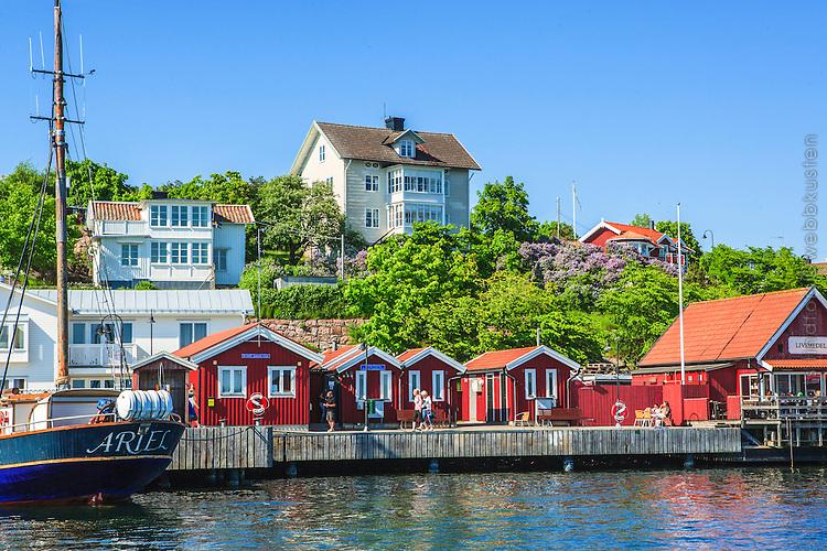 Dalarö brygga hamn med sjöbodar i Haninge skärgård.