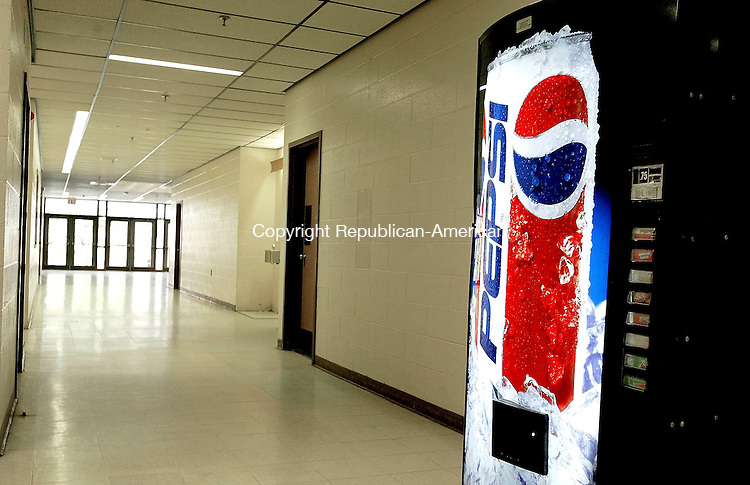 WATERBURY, CT - 29 APRIL 2005 - 042905JS11--Some state lawmakers want to ban soda machines and junk foods from public schools, like this soda machine at North End Middle School in Waterbury. <br /> --Jim Shannon Photo --North End Middle School, Waterbury are CQ
