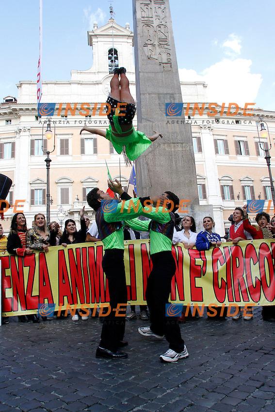.Roma 17/10/2012 Montecitorio. Protesta dei circensi, lavoratori del Circo, acrobati, giocolieri, clown per chiedere rispetto e contro gli animalisti che danneggiano il circo. Lo striscione recita infatti: senza animali non e' circo..Photo Samantha Zucchi Insidefoto