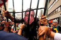 SÃO PAULO,SP, 13.11.2015 - PROTESTO -SP - Manifestantes se reúnem no vão livre do Museu de Arte de São Paulo Assis Chateaubriand (Masp), na Avenida Paulista, em São Paulo, para protesto contra o presidente da Câmara dos Deputados, Eduardo Cunha (PMDB-RJ), nesta sexta-feira. (Foto: Gabriel Soares/Brazil Photo Press)
