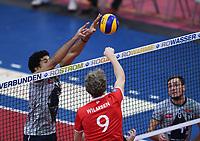 Volleyball 1. Bundesliga  Saison 2017/2018 TV Rottenburg - Hypo Tirol Alpen Volleys Haching     27.12.2017 Douglas Duarte (li, Alpen Volleys Haching) gegen Lars Wilmsen (Mitte, TV Rottenburg) und Bartosz Pietruczuk (re, Alpen Volleys Haching)
