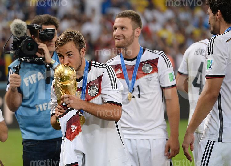 FUSSBALL WM 2014                       FINALE   Deutschland - Argentinien     13.07.2014 DEUTSCHLAND FEIERT DEN WM TITEL:  Mario Goetz und  Shkodran Mustafi (v.l.) jubeln mit dem WM Pokal