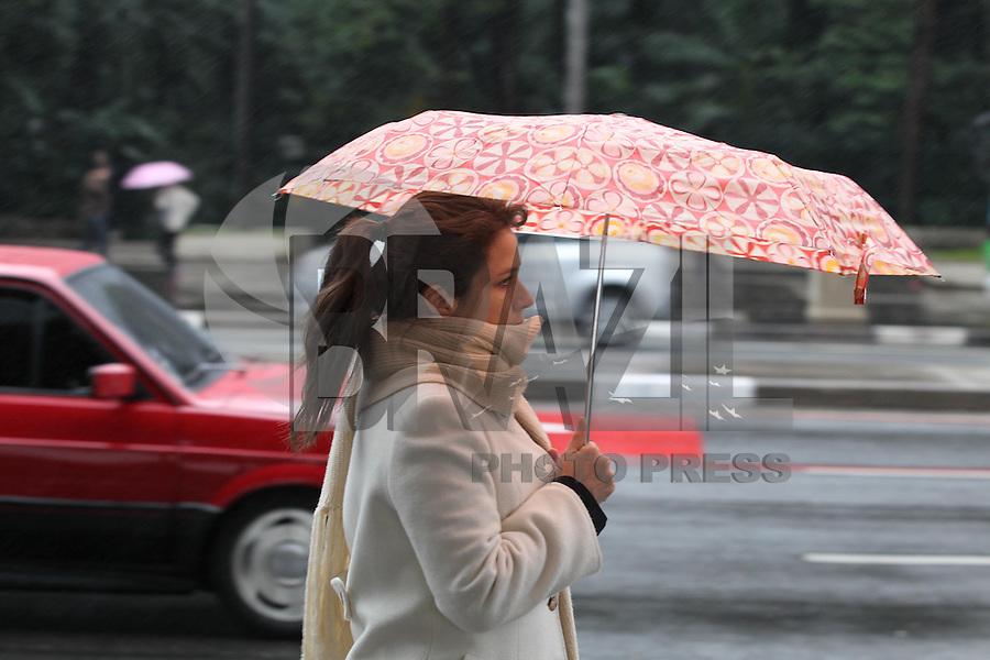 SAO PAULO, SP, 23/07/2013, FRIO/ CHUVA. Sao Paulo amanheceu com temperaturas baixas  nessa terca-feira(23) chuvosa, na Av. Paulista pedestres com agasalhos pesados e usando guarda chuvas. LUIZ GUARNIERI/BRAZIL PHOTO PRESS.