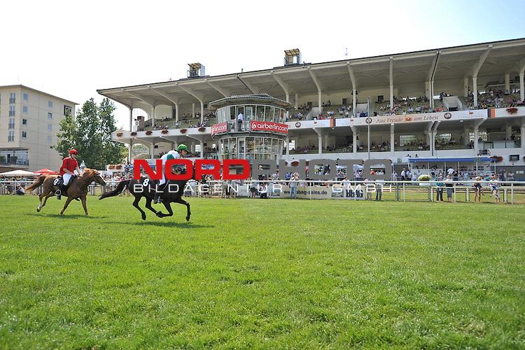 10.07.2010, Hamburg, GER, Reitsport, 141. IDEE Deutsches Derby, KR-Schmuckdesign-Ponnyrennen, im Bild die Reiter mit den Pferden vor der Haupttribuene<br /> Foto &copy; nph / Witke *** Local Caption *** Fotos sind ohne vorherigen schriftliche Zustimmung ausschliesslich f&uuml;r redaktionelle Publikationszwecke zu verwenden.<br /> <br /> Auf Anfrage in hoeherer Qualitaet/Aufloesung