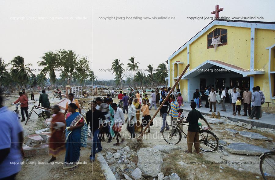 INDIEN Insel Little Andaman, Hutbay, Gottesdienst in zerstoerter Kirche nach dem Tsunami Seebeben - INDIA Little Andaman island, Hutbay, destroyed church after Tsunami sea quake