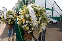 CHAPECÓ, SC, 02.12.2016 – CHAPECOENSE – Coroa de flores que serão utilizadas nos velórios das vítimas do acidente com avião do time da chapecoense, chegam ao estádio Arena Condá na tarde desta sexta-feira (02). (Foto: Paulo Lisboa/Brazil Photo Press)