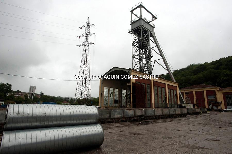 18 JUNIO 2012.LANGREO-ASTURIAS.Visita a la mina de Candin en Langreo (Asturias)  entrada al pozo donde llevan 22 dias encerrados 4 mineros