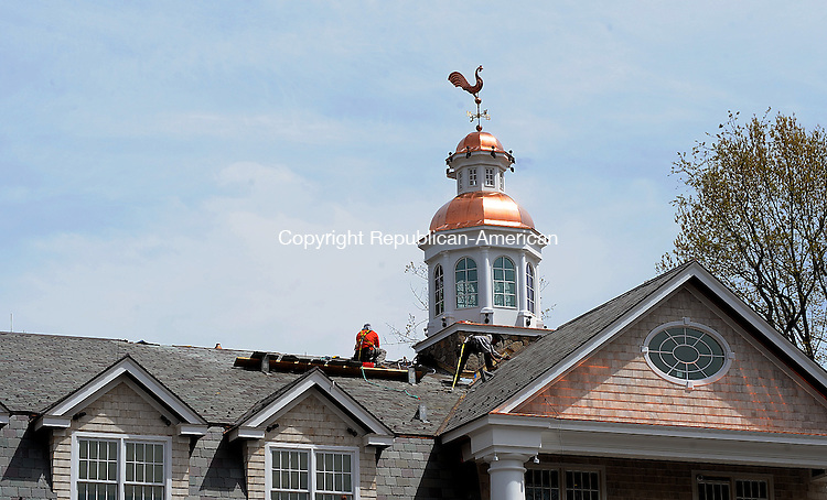 MIDDLEBURY, CT-29 APRIL 2012--043012JS07-Workers continue on roof construction after the new cupola has been installed on the building at the Shoppes at Whittemore Crossing in Middlebury. . Jim Shannon Republican-American