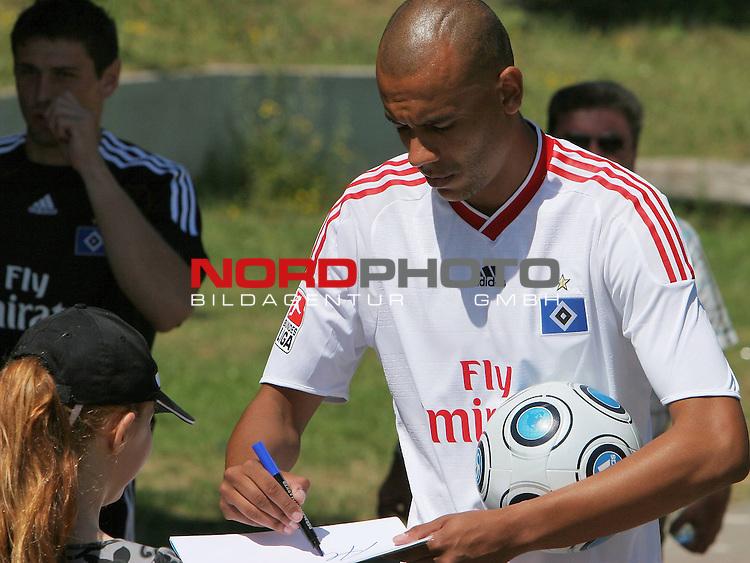 1.Liga FBL 2009/2010 HSV-Trainingsvorbereitung <br /> <br /> <br /> Alex Silva (Nr.2) schreibt fleissig Autogramme.<br /> <br /> <br /> <br /> Foto &copy; nph (nordphoto)<br /> <br /> *** Local Caption ***