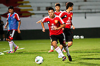 ATENÇÃO EDITOR: FOTO EMBARGADA PARA VEÍCULOS INTERNACIONAIS - RECIFE,PE,09 SETEMBRO 2012 - TREINO SELEÇÃO CHINA  -  Jogadores  durante treino da seleção Chinesa   na noite  de hoje no Estadio do Arruda em Recife.FOTO ALE VIANNA - BRAZIL PHOTO PRESS.