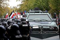 """Nazi Aufmarsch / Demo in Leipzig Ost - Leipziger verhindert den Zug durch die Stadt mit Blockade am S-Bahnhof Sellerhausen - unter dem Motto """"Leipzig nimmt Platz"""" nahmen Hunderte Leipziger an der bunten Gegenveranstaltung teil - sie schafften es den Start des Aufmarsches solange zu verhindern bis die Polizei die Kundgebung für beendet erklärte - in diesem Moment (ca. 16:40) eskalierte die Situation auf Seiten der Sympathiesanten der rechten Szene - Steine und Flaschen flogen - die Polizei bekam die Situation rasch wieder unter Kontrolle - im Bild:  Die Einsatzkräfte der Polizei sichern die Situation - Panzerwagen der Bundespolizei. Foto: Norman Rembarz..Norman Rembarz , ASV-Autorennummer 41043728 , Holbeinstr. 14, 04229 Leipzig, Tel.: 01794887569, Hypovereinsbank: BLZ: 86020086, KN: 357889472, St.Nr.: 231/261/06432 - Jegliche kommerzielle Nutzung ist honorar- und mehrwertsteuerpflichtig! Persönlichkeitsrechte sind zu wahren. Es wird keine Haftung übernommen bei Verletzung von Rechten Dritter. Autoren-Nennung gem. §13 UrhGes. wird verlangt. Weitergabe an Dritte nur nach  vorheriger Absprache.."""